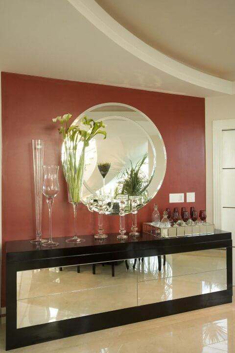 Bar-em-casa-com-aparador-espelhado-Projeto-de-Aquiles-Nicolas-Kilaris