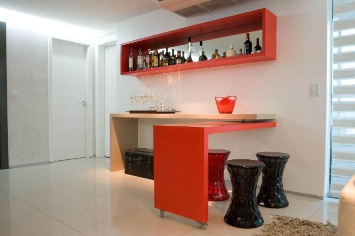 Bar-em-casa-com-aparador-que-se-torna-uma-mesa-com-banquetas-Projeto-de-Lina-Eleuterio