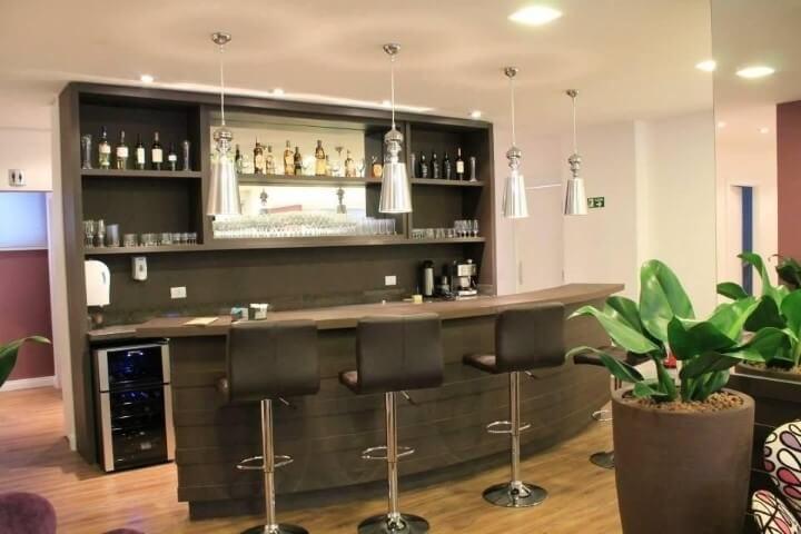 Bar-em-casa-com-bancada-Projeto-de-Daniela-Lopes