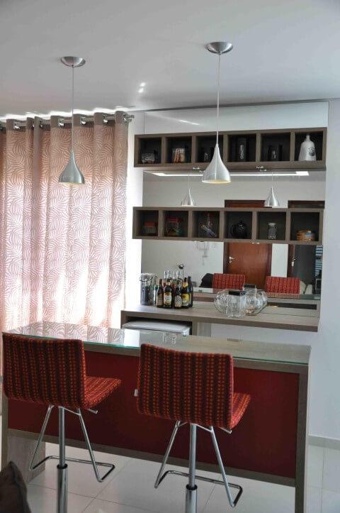 Bar-em-casa-com-bancada-e-banquetas-vermelhas-Projeto-de-Claudia-Breias