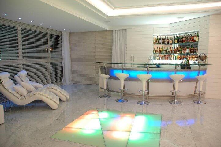 Bar-em-casa-com-bancada-iluminada-Projero-de-Roberto-Rita
