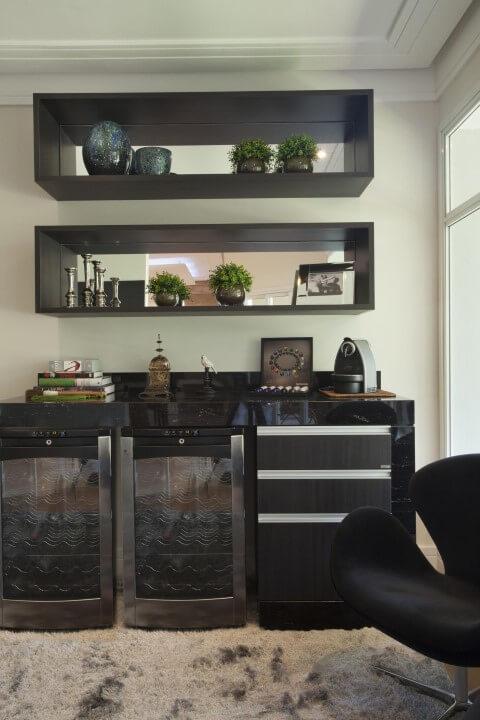 Bar-em-casa-com-duas-adegas-Projeto-de-Iara-Kilaris