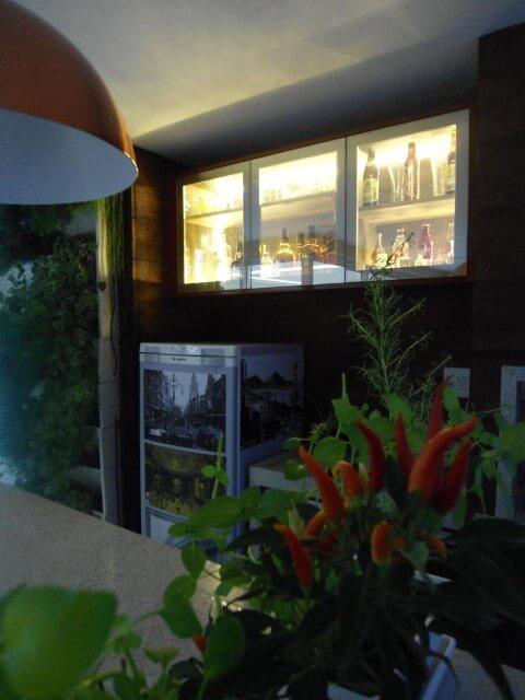 Bar-em-casa-com-iluminação-dentro-do-armário-Projeto-de-Juliana-Cristina