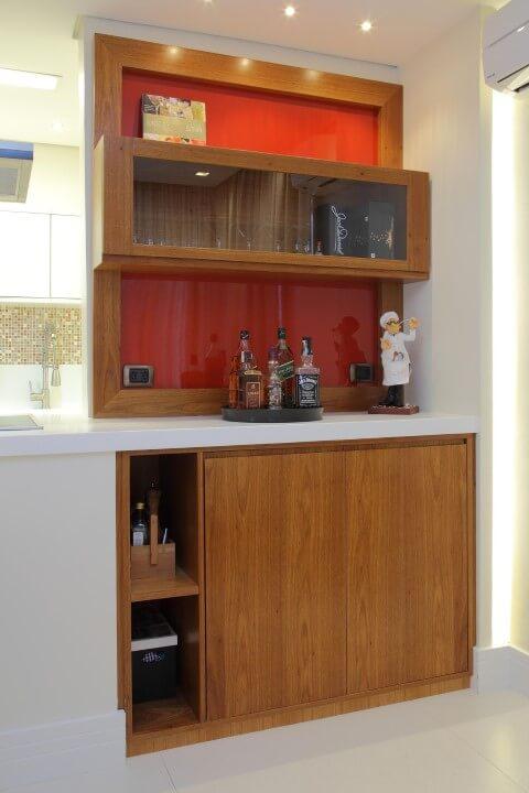 Bar-em-casa-com-móveis-de-madeira-Projeto-de-Cris-Paola