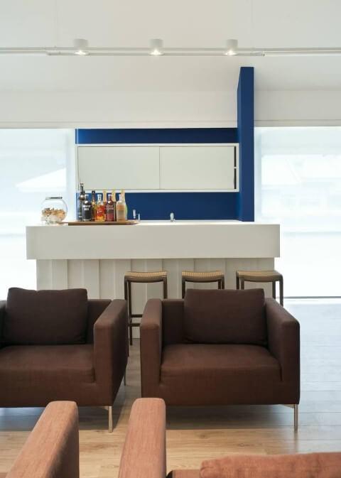 Bar-em-casa-com-poltronas-marrom-Projeto-de-Renata-Basques