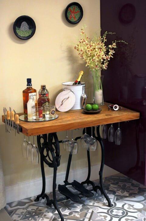 Bar-em-casa-com-suportes-para-taças-e-ímã-para-facas-Projeto-de-Lorrayne-Zucolotto