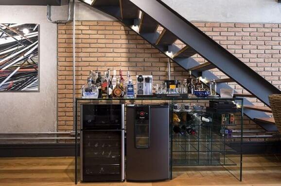 Bar-em-casa-debaixo-da-escada-Projeto-de-Carla-Cuono