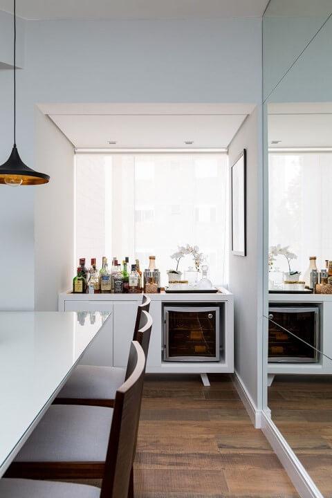 Bar-em-casa-em-canto-da-sala-de-jantar-Projeto-de-Studio-Novak