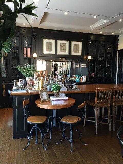Bar-em-casa-espaçoso-Projeto-de-Fernando-Roma