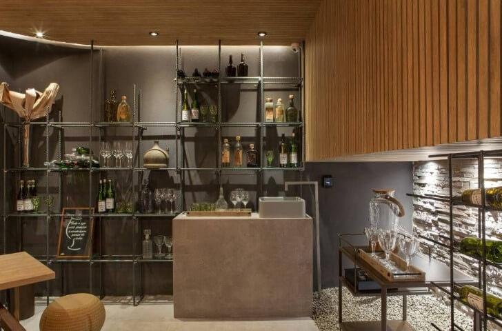 Bar-em-casa-moderno-com-estrutura-metálica-Projeto-de-Casa-Cor-Franca-17