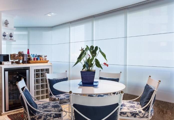 Bar-em-casa-na-sacada-com-mesa-redonda-Projeto-de-Bruno-Sgrillo