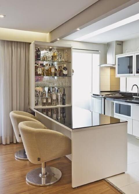 Bar-em-casa-próximo-à-cozinha-Projeto-de-Renata-Tolentino