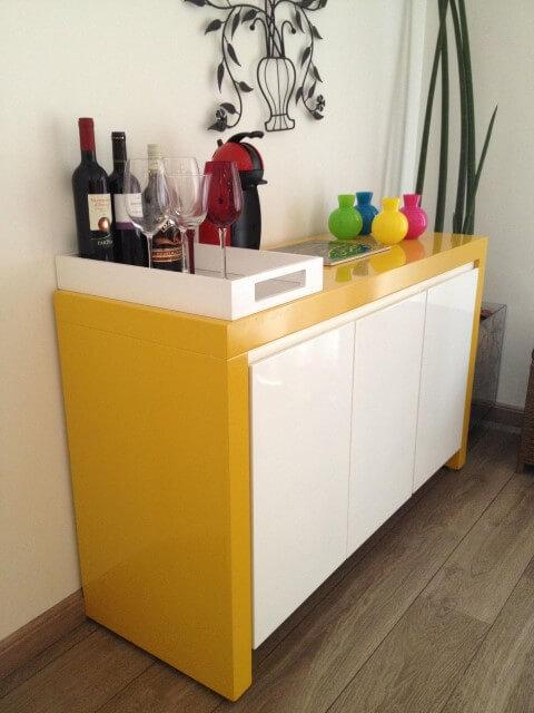 Bar-em-casa-sobre-aparador-Projeto-de-Adriana-Victorelli