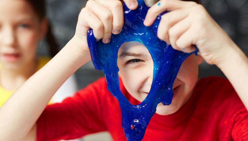 crianca-brincando-slime-0318-1400x800